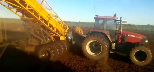 不要羡慕国外的大型农机, 在中国的地里根本耍不开!